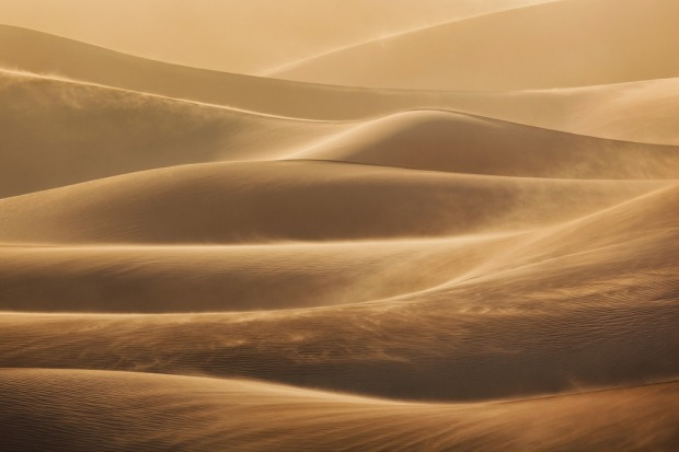 blowing-sand-at-death-valley-national-park